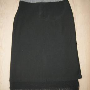 Smuk nederdel med broderi, blonde, perler og et sjovt snit. Nederst har nederdelen desuden to tynde blonde skørter, som hænger 10 cm ned. På linningen er smukt perlebroderi. Meget speciel og unik nederdel.  Livvidde: 36 cm x 2 Længde: 65 cm/ skørtet 75 cm.  Ingen byt, og prisen er fast