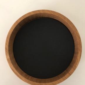Linddna Wood box S. Rund i farven natural. Med 2 stk tilhørende glasbrikker i sort.  Nypris 195 kr. Aldrig brugt.