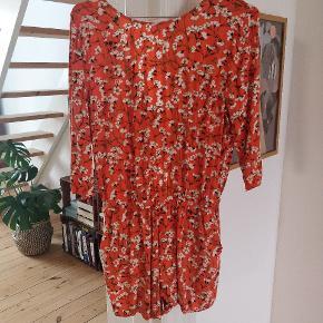 Vildt fin buksedragt fra Envii i det fineste sommerlige blonsterprint og smuk åben ryg. Brugt få gange og i perfekt stand 🏵️