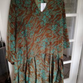 Nypris 999, aldrig brugt. Virkelig flot kjole, STR m-l og passer 38-42
