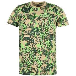 Denne t-shirt fra New Era med jungle print tema. Lavet af New Era's populære blomstermotiver, leopard print og camouflage stilarter i ét print. New Era er broderet på venstre bryst. New Era flag logo nederst til højre.