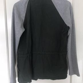 Smart jakke med grå sweatærmer