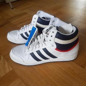 Varetype: Sneakers Størrelse: US 8 - UK 7½ Farve: Se billedet Prisen angivet er inklusiv forsendelse.  ALDRIG BRUGT - adidas Top Ten Hi 30 Year Anniversary Edition.  Jeg betaler fragten.