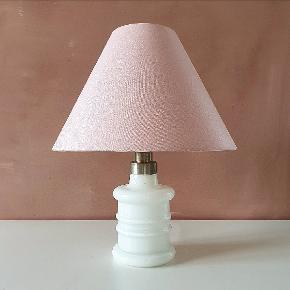 Apoteker lampe fra Royal Copenhagen i hvid opalglas. Måler 19 cm i højden inkl. fatning og har ny ledning med afbryder. I perfekt stand.