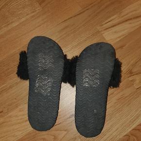 Lækre klipklap sko med pels, sælges fordi de ikke bliver brugt nok