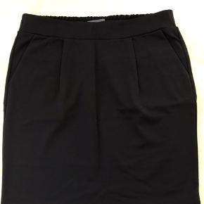 Super lækker nederdel fra Ichi- kate serien. Sort med fine læg foran og lommer. Dejlig blød at have på. En blanding af polyester, viskose og elastan. Længde: 50 cm Aldrig brugt, prismærket er blot pillet af.  Prisen er inkl. Forsendelse