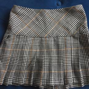 Så fin ternet nederdel i grå/ sort/hvid/brun, kun brugt 2 gange, helt som ny.