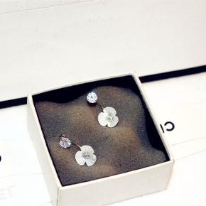 Farve: Sølv  Materiale: sølv og krystaller  Størrelse: 2.5cm*1.2cm  leveringstiden: 3-5 dage