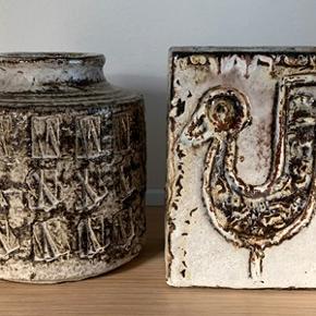 2 stk super flotte retro keramik vaser fra 70´erne. Vaserne er mrk. Henri i bunden. Vaserne er tunge og sendes ikke. I perfekt stand. 1. Firkantet vase; højde 16,5 cm og dia. 12 cm 2. Rund vase; højde 16,5 cm og dia 16 cm Sælges samlet 375-kr