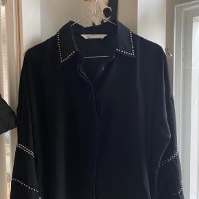 Sælger denne flotte skjorte fra ZARA med perler/nitter på. Den er en smule oversize, så kan passes af XS-M :)  Nypris er 449, kom gerne med bud :)