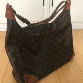 Overvejer at sælge denne smukke gamle Louis Vuitton taske. Der er tegn på slid, da tasken har to hjørnet hvor der er huller. Dette vil dog godt kunne laves. Tasken kan rumme en MacBook Air Skriv privat angående mål og serienummer :-)