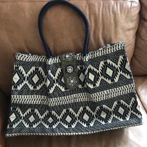 Sort/guld weekendtaske med perle og palietter.  Mål: 60x37x15 cm  Har nogle tråd udtræk rundt omkring ellers fejler den intet.