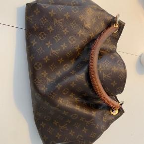 Den er godt slidt ved håndtag - og i kanter samt et sted i bunden - men bedste taske ...
