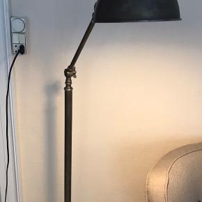 Flot gulvlampe med fod kontakt. Mål: 143x24cm. God stand.