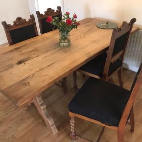 Gammelt langt spisebord af egetræ. 4 stole medfølger. Står i 2610. Flot håndbygget gammelt spise bord af eg.  Rigtigt dekorativt og solidt.  Mål 81 x 175 Plads til 6 personer i alt.
