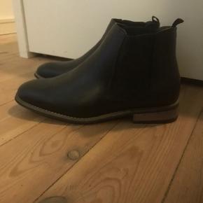 Helt nye flotte støvler fra Coxx. De er aldrig blevet brugt 🖤  Det er en normal størrelse 43   Afhentes på adressen i Valby eller sendes med DAO på købers regning 🚛