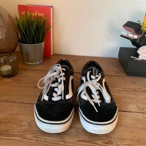 Skoen er udentvivl brugbar. De er brugt i en god periode, hvilket der også kan ses på skoen. Den ene sko har et mindre hul omme i hælen, som ses på billedet.