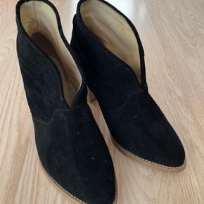 Næsten som nye støvletter fra Ivylee Cph. Der er dog kommet noget stearin på dem, men har googlet mig til, det godt kan fjernes. Ellers er de næsten ikke brugt. Hælen måler 5,5 cm (nypris 1800kr)