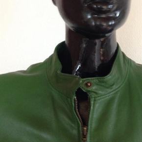 Brand: Leather log one Varetype: Jakke Farve: Grøn Prisen angivet er inklusiv forsendelse.  Fantastisk dansk læderjakke i en smuk grøn farve. Læderet er helt og pænt. Længde: 62 cm. Brystvidde: 2x53 cm. Et rigtigt forårs kup!