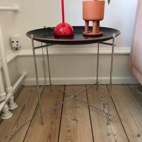 Sælger disse smarte borde, der kan foldes sammen, så de intet fylder. Jeg har to.  Bordene har en diameter på 50cm Kom med et bud:))