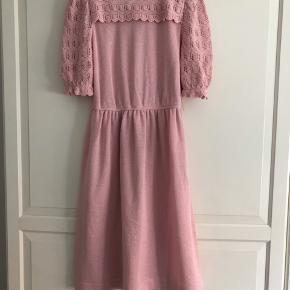 Smuk vintagekjole af mærket Leslie Fay. Meget velholdt. Smukke detaljer. Der står ikke str. i men den kan passes af en S eller M.