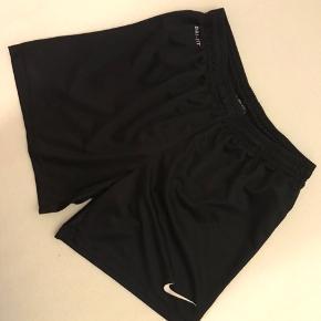 Brugt en del, men stadig i rigtig god stand.  Shorts uden lommer.  Str. Medium.  Kig forbi, giver mængderabat.   #trendsalesfund