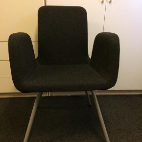 Der er 2 stole. Pr stk 50kr. Købt i Ikea.