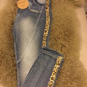Nye bløde denim bukser fra Place de Jour med kontrast Stine i leopard mønster, har elastik bindebånd i taljen og masser af stræk. Str. 40 men lidt små i syr vil sige de passer en str. S/M bedst.  Pris 150 kr + porto
