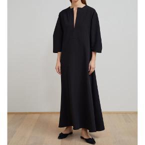 Rigtig fin kjole. Den er lagt op, og går mig til over anklerne og jeg er 157 cm. Mp 1000 kr pp. Jeg bytter ikke.