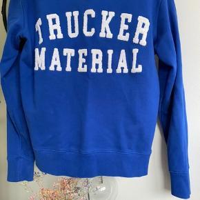 Designers remix sweatshirt i blå  Trucker material sælges