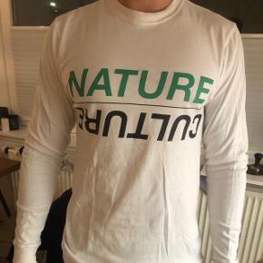 PAM langærmet hvid t-shirt. Købt på PAM's hjemmeside. Vasket 3-4 gange. Meget stor i størrelsen, jeg er 1.85 og bruger normalt L