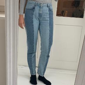 Jeans fra NA-KD i str. 36 med lappe-effekt   Materiale: 100 procent bomuld