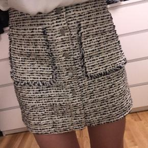 Virkelig fin nederdel fra mango!  Aldrig brugt - stadig med mærke.   Str 38, men passer både small-medium.  Købt for 350 kr. BYD