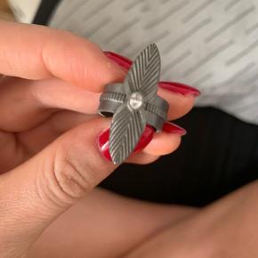 Sælger denne Birgitte herskind ring. Den er aldrig brugt og ligger bare i skuffen. Ny pris er 600kr. Det er str 53. Kom med et realistisk bud.