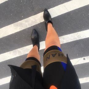 - Han Kjøbenhavn shorts/bikerpants i sort og blå  - Str. XS, passes af XS og S  - Brugt to gange, np var 800kr
