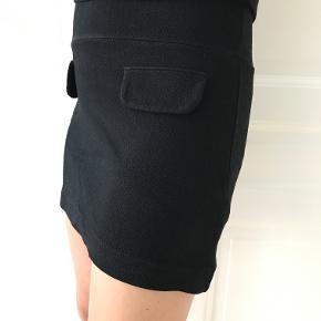 Smuk kort kjole fra Ganni sælges. Den ligner, at den er top og nederdel sat sammen.  Kan afhentes på Frederiksberg, ellers betaler køber for porto og evt. ts-gebyr