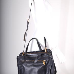 Fin sort taske fra Marc by Marc Jacobs med flot mørkerødt foer indvendigt. Flere praktiske rum. Brugt, men kun med lidt slidtage... ren og pæn (ikke ryger). Kan ikke huske den oprindelige pris.