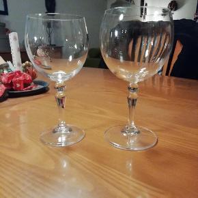 Aida vinglas sælges. 20 rødvinsglas og 24 hvidvinsglas.