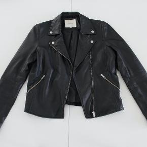 Sælger denne fede læderjakke fra Selected Femme.  Den er i størrelse 34 og er købt i april 2018.  Prisen fra ny var 1.499,95 kr. Modellen hedder 'Sfmarlen leather jacket'. Jakken er god her til efteråret som overgangsjakke🥰🍂  Sælges for 450kr inkl. fragt gennem TS.   #Trendsalesfund 💛♻️