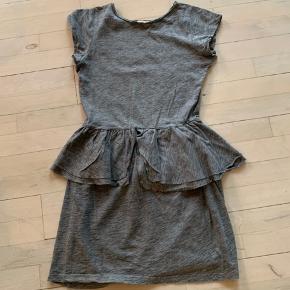 Fin kjole str 152/12 år. God men brugt.  Mindstepris kr 100+