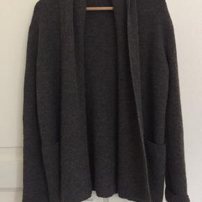 Smuk cardigan i 100% cashlama uld. Brugt få gange. Standen er som ny. Bytter ikke. Køber betaler gebyr og fragt.