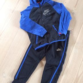 Lækkert joggingsæt. Trøjen er et nummer større end bukserne, men købt som sæt.
