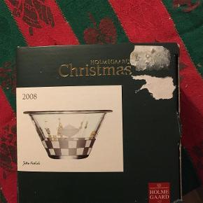 Lille glasskål med fint mønster i hvidt. Holmegaard Christmas design Jette Fröhlich fra 2008 . Topdiameter 11,5 cm og højde 6 cm. I original æske