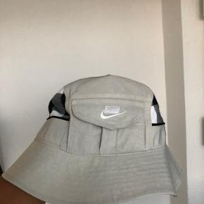 Nike Bøllehat/buckethat  Justerende størrelse, lomme ved logoet. Aldrig brugt