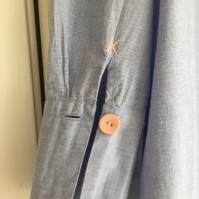 Fin lyseblå skjorte med smarte detaljer fra Lollys laundry.  Str M, model Doha.  Som ny, brugt 2 gange.  Nypris 600 kr, kom gerne med et bud.