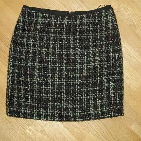 Varetype: nederdel Farve: se billede  Talje omkreds 84 cm Længde 50 cm    Jeg betaler porto
