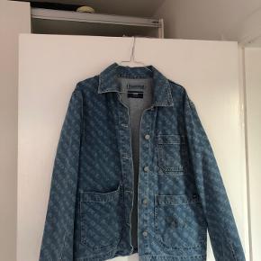 Sælger denne Denim jakke fra Wood Wood. Der er en plet på den ene lomme, som kan komme af i vask! :)