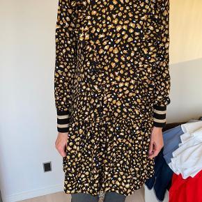 Smuk kjole med gult mønster og guld detalje ved ærmeslutning. Brugt en enkelt gang. Sælges på grund af oprydning🌸