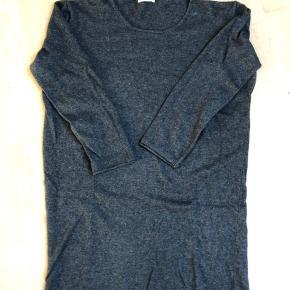 Kan bruge som, bluse, tunika eller kjole, at efter hvor høj man er. Brystmål= 62 cm. Længde= 90 cm.