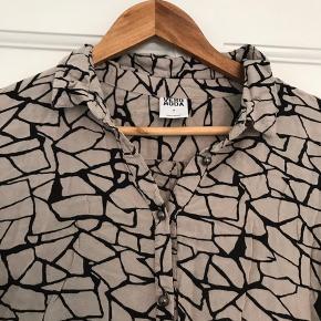 Fin bluse/skjorte fra Vero Moda i str. M i 100% Viscose. Dejlig let og blødt materiale.   Brugt en håndfuld gange maks.